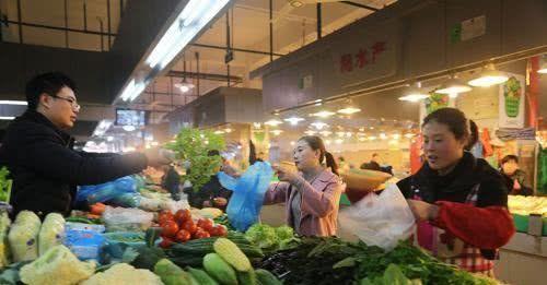 一斤蔬菜只赚几毛钱,小菜店怎么支撑,买的没有卖的精