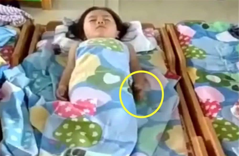 女儿在幼儿园午睡,老师发来了视频,妈妈打开手机一看瞬间精神了