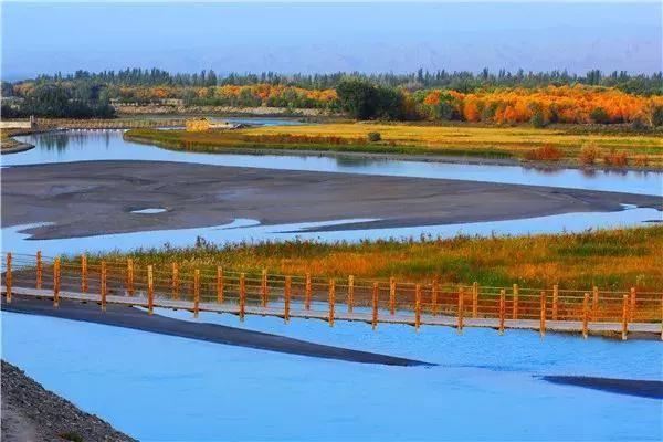 远处是巍巍昆仑山,脚下的叶尔羌河支流奔腾不息,从公园内穿越而过,雪域昆仑和叶尔羌共同孕育了这片神奇的土地。 第六天 全程345公里 叶城县--麦盖提刀郎乡里、刀郎画乡--巴楚红海景区--巴楚县 刀郎画乡