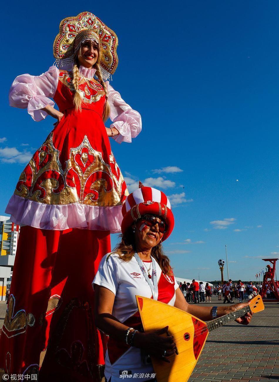 迎来2米女家具!俄罗斯姑娘貌美如花:踩高跷一被的做成美女球迷图片