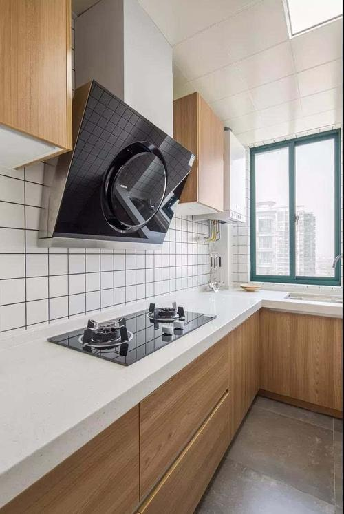 厨房的颜色搭配依然是白色和原木色的搭配,油烟机选择侧吸式的节约