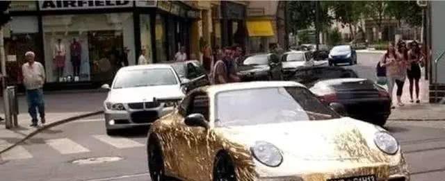 路上一辆金色保时捷被围观,车主说从不加油很霸气