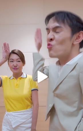 李佳琦和小S互相模仿表情,真是魔鬼啊!网友搞笑捏表情包脸