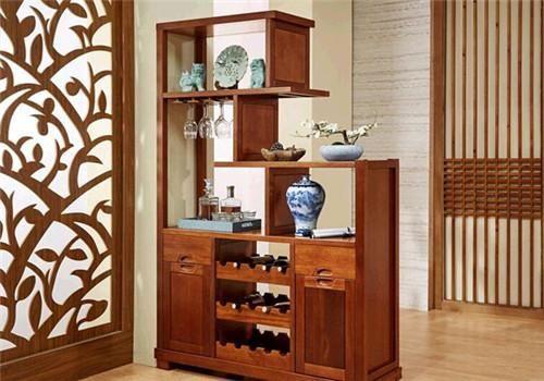 3. 田园风格:鞋柜酒柜一体设计还可以为田园风格,这种设计有小碎花的点缀,再加上浅绿的墙面装饰,给人更加清新、更加自然的感觉。这种设计还可以减轻视觉疲劳,增加室内亮度。 最后,家居姐建议,鞋柜酒柜一体设计是非常不错的,这样不仅节省了空间,还使整个居室提升了一个档次。