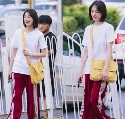 郑爽的白T恤配运动裤和小白鞋插图(4)