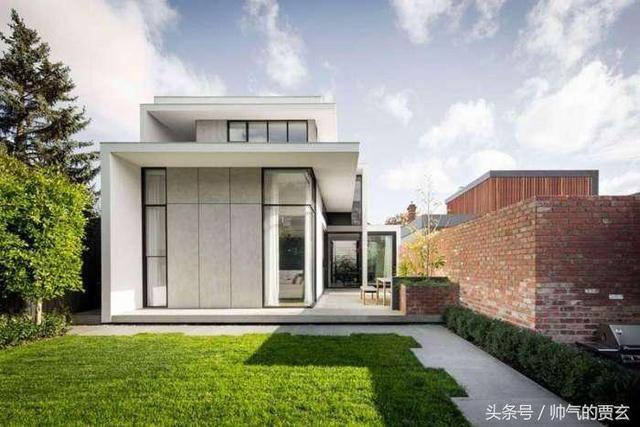 由于布局和设计,狭窄的房屋得到充足的光线.