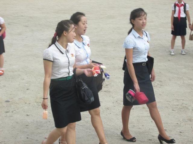 朝鲜姑娘颜值都很高,可是却没有人梳披肩发,问了一下原因是这样