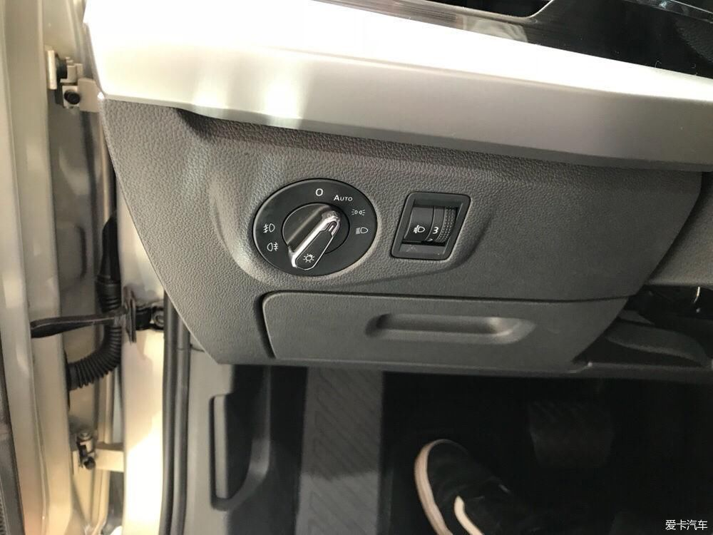 自动头灯和大灯高低设置,一直觉得我车左手扣有点小,这次终于变大了
