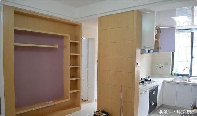 看看客厅和厨房之间的隔断墙,白色柜子的隔断做得不错吧.