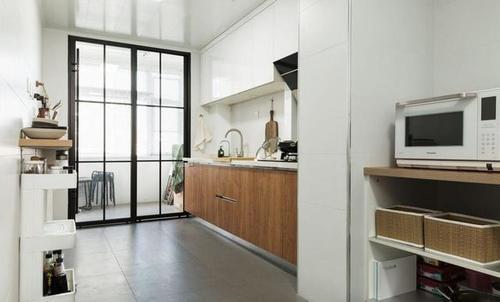 明明有大厨房却只装两米橱柜,这样装修是浪费了吗?-家居窝