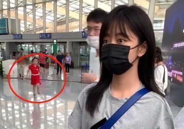 谭松韵机场被四岁小女孩拦住,她下意识说3字教养是装不出来的
