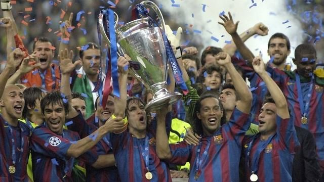 17-18欧冠决赛将近,小编也为各位准备了往届欧冠决赛回顾,需要完整比赛录像的球友准可以在评论中留言! 回顾到16-17赛季的欧冠决赛(共计19场)。各位球友有什么建议也可以在评论里提出,有不对的地方欢迎指正!本期导读:巴萨2比1逆转十人兵工厂 2006年5月17日,法国巴黎法兰西体育场举行的欧冠决赛由西班牙劲旅巴塞罗那对英格兰球会阿森纳。这是巴塞罗那第五次进入欧冠决赛,阿森纳则是第一次进入欧冠决赛,兵工厂也是第一支进军欧冠决赛的伦敦球队。阿森纳开场不久便少一人作战,但是坎贝尔拉了一把阿森纳,最后依然承受