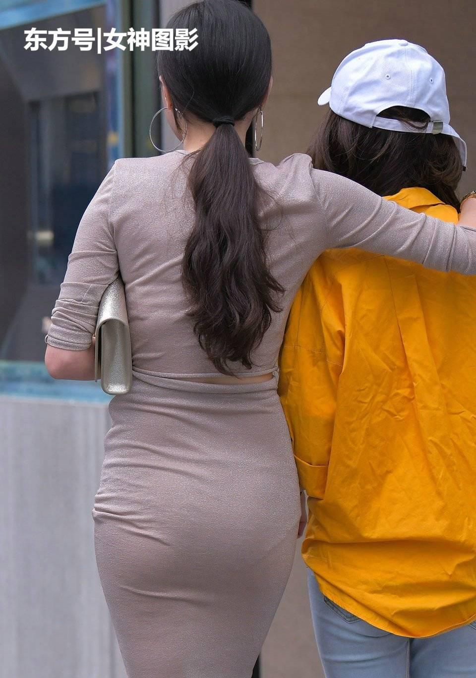 街拍身材:大姐两美女拍人被有型的紧身,美女裙很亮眼!