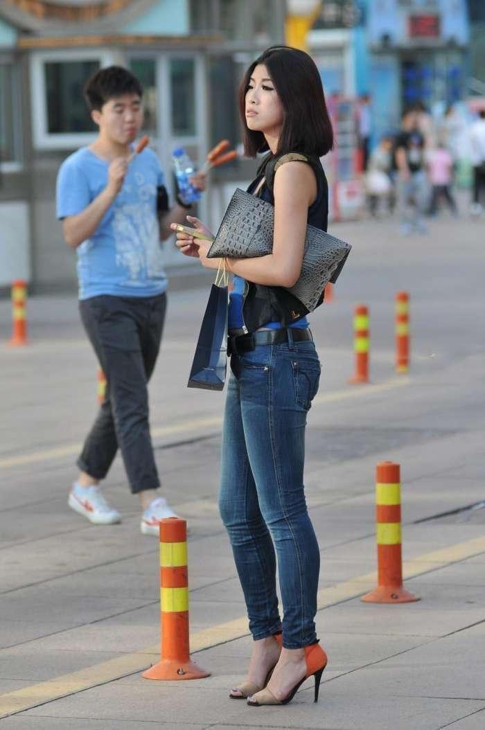 街拍,紧身牛仔裤搭配高跟鞋,展现出了一种不同