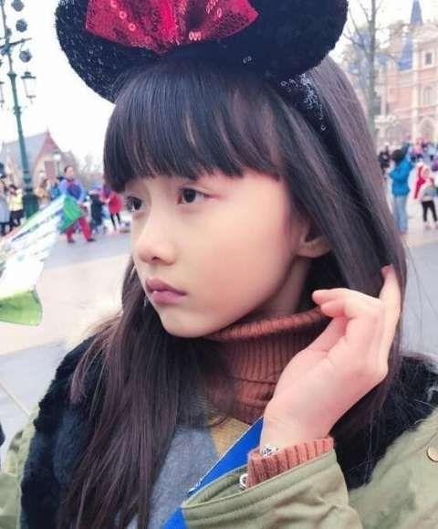 赵薇女儿纪姿含逛商场买开学用品 吃冰淇淋卖