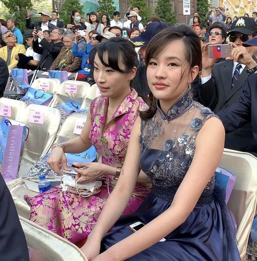 韩国瑜就职演说 台下民众都在和他女儿合影