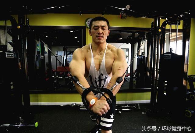拉力器胸肌
