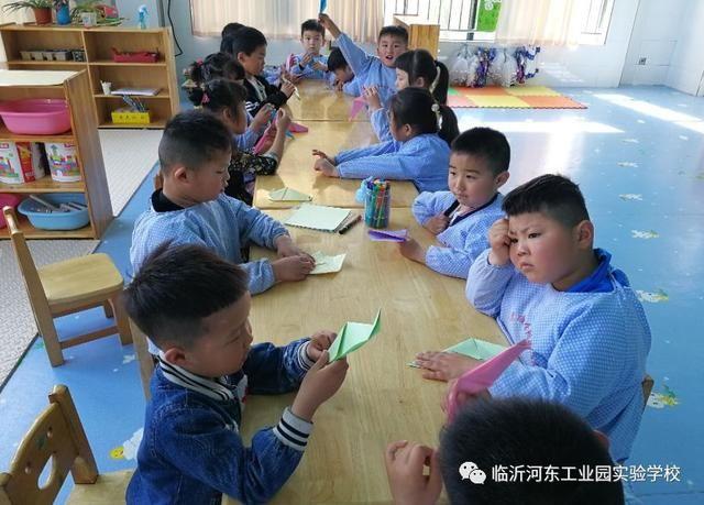 在折纸过程中,老师首先通过图片,简单了解啄木鸟的外形特征及生活习性,重点引导啄木鸟折纸的突出部位嘴巴、翅膀、尾巴。为幼儿折纸做好铺垫。其次,请幼儿观看折纸过程的视频,让幼儿了解折纸的步骤,鼓励幼儿自己尝试折啄木鸟。教师巡回指导,给予幼儿适时、适当的支持。最后老师根据步骤图,演示啄木鸟折法,引导幼儿完成啄木鸟的创作。最后,老师引导幼儿将折叠好的啄木鸟画上眼睛、羽毛等,让孩子们的啄木鸟更生动形象。孩子之间相互欣赏折出的啄木鸟,体验折纸的乐趣,共同感受成功的快乐。