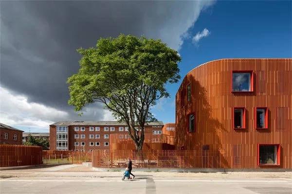 幼儿园的建筑与活动场地整体被竖向线条的砌块外墙材料包裹起来,所以