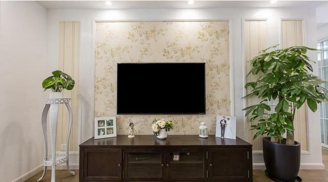 电视墙 客厅背景墙统一用白色木工板和壁纸打造,棉麻质感的布艺沙发