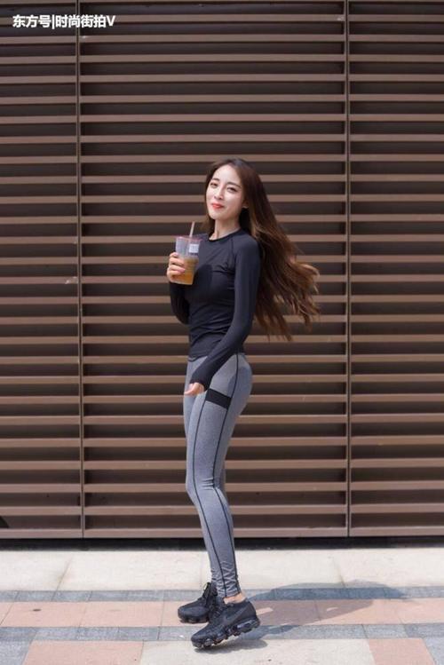 时尚街拍:时尚的小姐姐穿上紧身打底裤,在路上赚足回头率