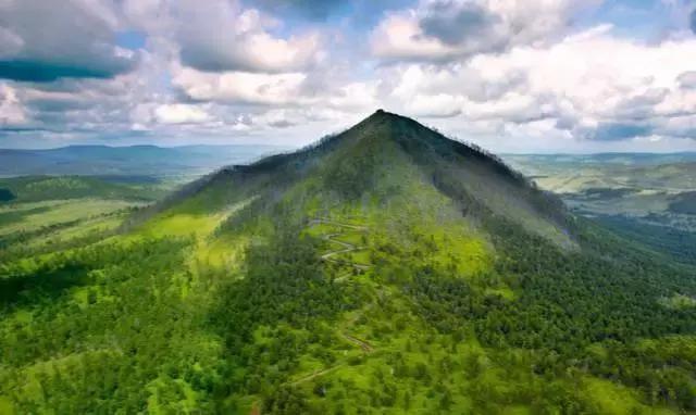 那就是阿尔山国家森林公园,它具有独特的北国风光,其矿泉资源得天独厚