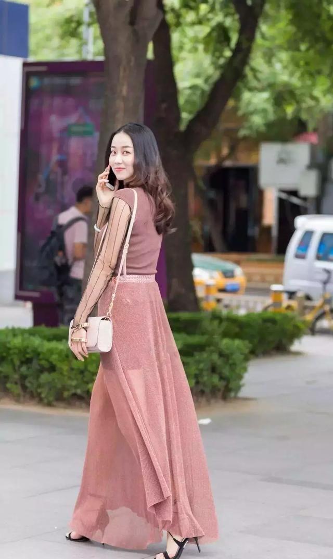 一双高跟鞋简单又时尚,让女生在夏日更美丽