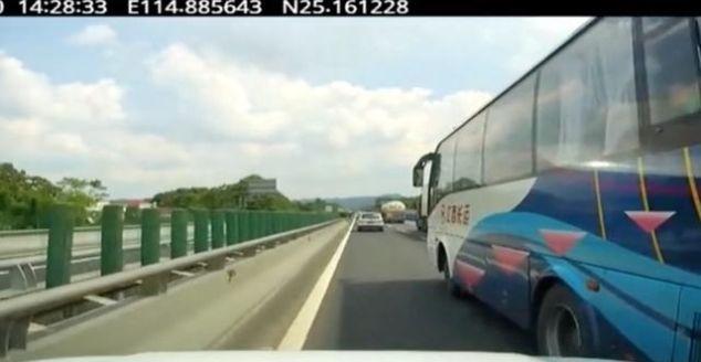 高速上恶意别停大客车 造成4车追尾 危险品运输车也在其中