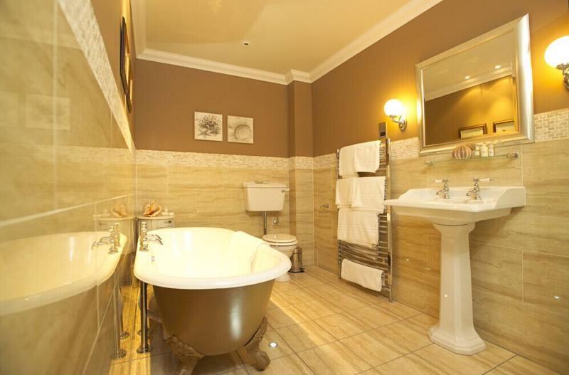 欧式混搭风格卫生间浴缸洗手台壁灯装修效果图