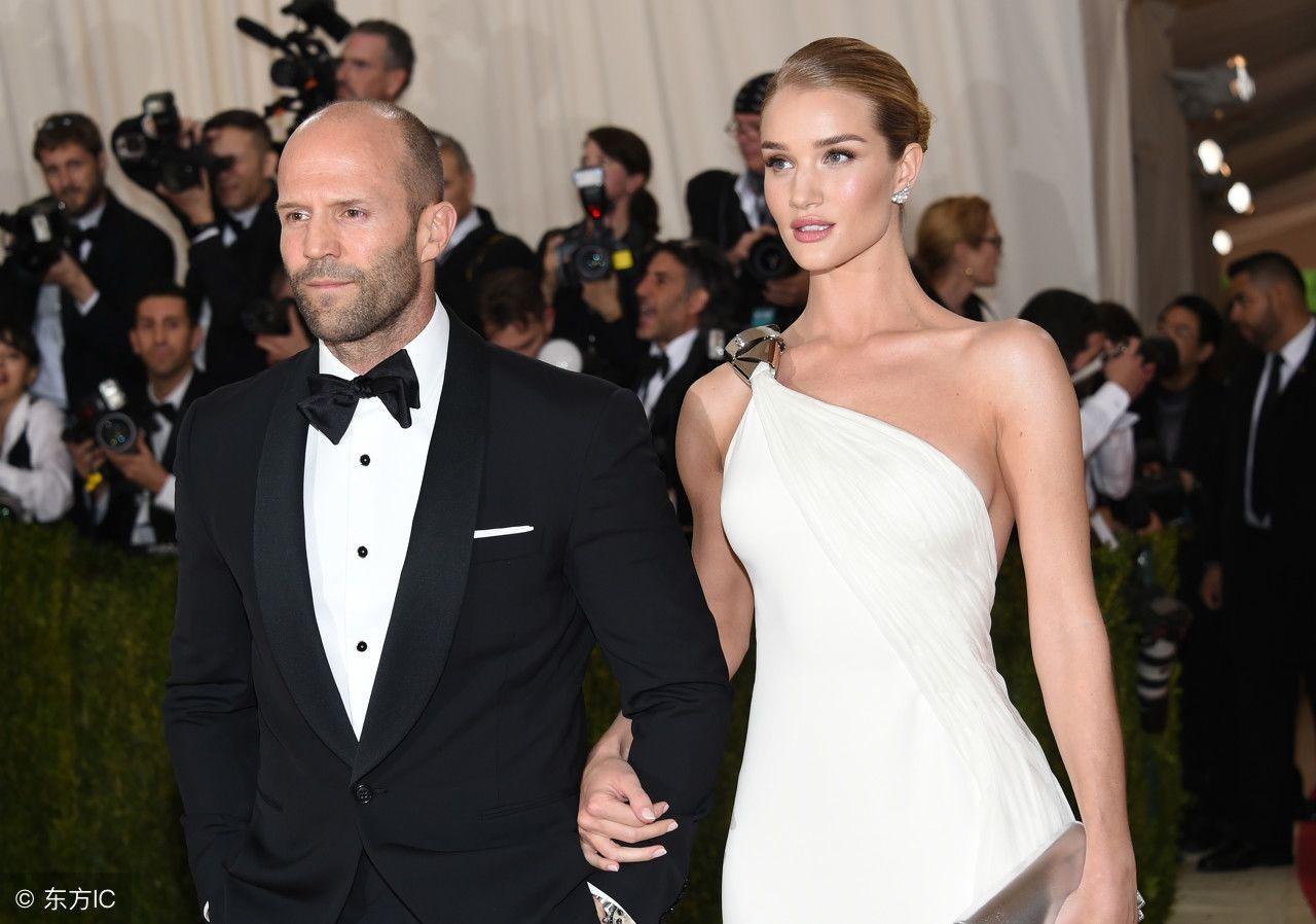 杰森斯坦森现身活动,老婆比他高半个头,网友:我喜欢这个秃子