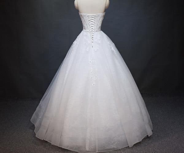 举手投足间充满了女人味,专属双鱼座女生的浪漫婚纱是抹胸白纱,亮点
