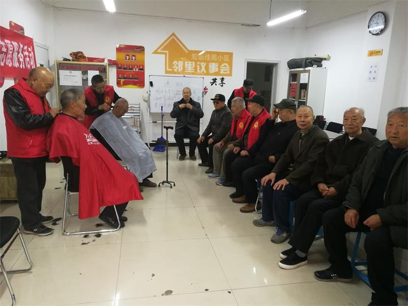 刚刚修理好头发的郑天治老人是一位67岁的盲人,摸着新剪的发型,老人图片