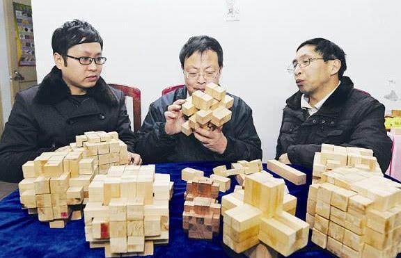 老外作死挑战中国鲁班锁,接下来老外的反应,承