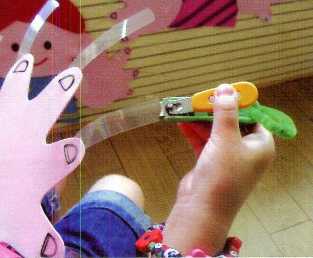 【1】我长大了猜猜我是谁 材料:幼儿的照片(婴儿时、现在的照片)。 玩法:1.幼儿观察同伴婴儿时的照片,猜猜是谁。 2.将同伴现在的照片与婴儿时的照片相比较对应,并找到本人验证。 提示:1.幼儿在游戏中细致地比较照片,感受成长中发生的变化。 2.询问同伴,学习主动交往。