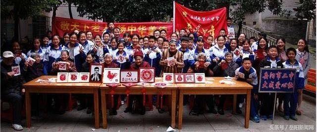 岳阳志愿者们送剪纸艺术温暖餐桌心高中作文上的老人趣事图片
