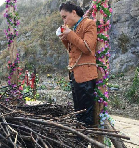 明星剧组吃饭大不同,杨颖九菜一汤,而她吃个方