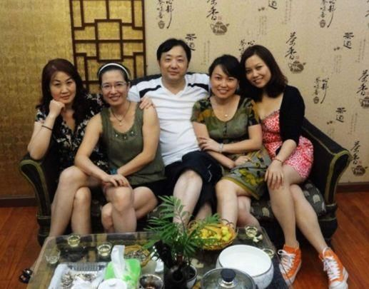 同学聚会,来了16位女生,班主任到场后便伤心离开