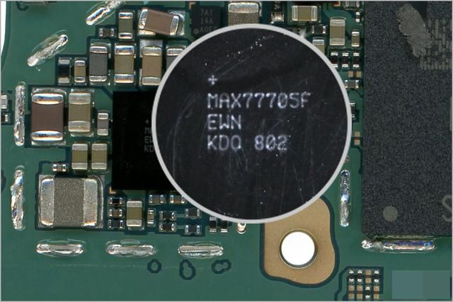 本次拆解的Galaxy S9 +型号包括三星自己的应用处理器Exynos 9810。这款应用处理器模块采用的是包含三星自己的6GB LPDDR4X SDRAM K3UH6H60AM-AGCJ的封装体叠层(PoP,Package-on-Package)工艺技术。虽然此前传闻三星的Exynos 9810处理器中会采用DDR5,但这款新手机仍然包含旧版的LPDDR4X。  图2、新机型中包括三星的6GB LPDDR4X SDRAM K3UH6H60AM-AGCJ Exynos 9810采用三星第二代10nm F
