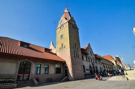 我国第一座欧式建筑的火车站,距今有百年历史,出站可看见大海