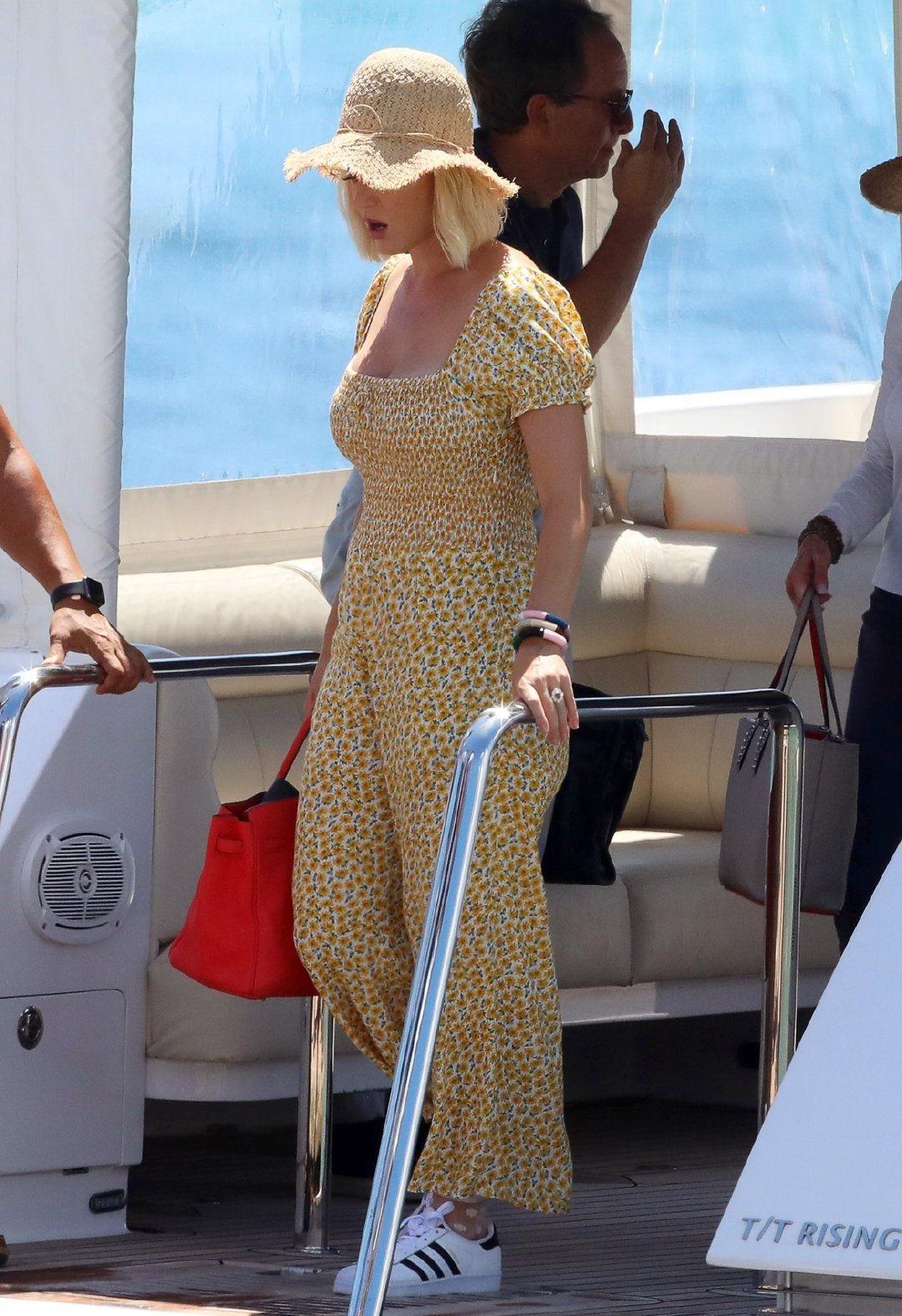水果姐凯蒂穿碎花连体裤海边度假,戴草帽元气十足,35岁依旧少女