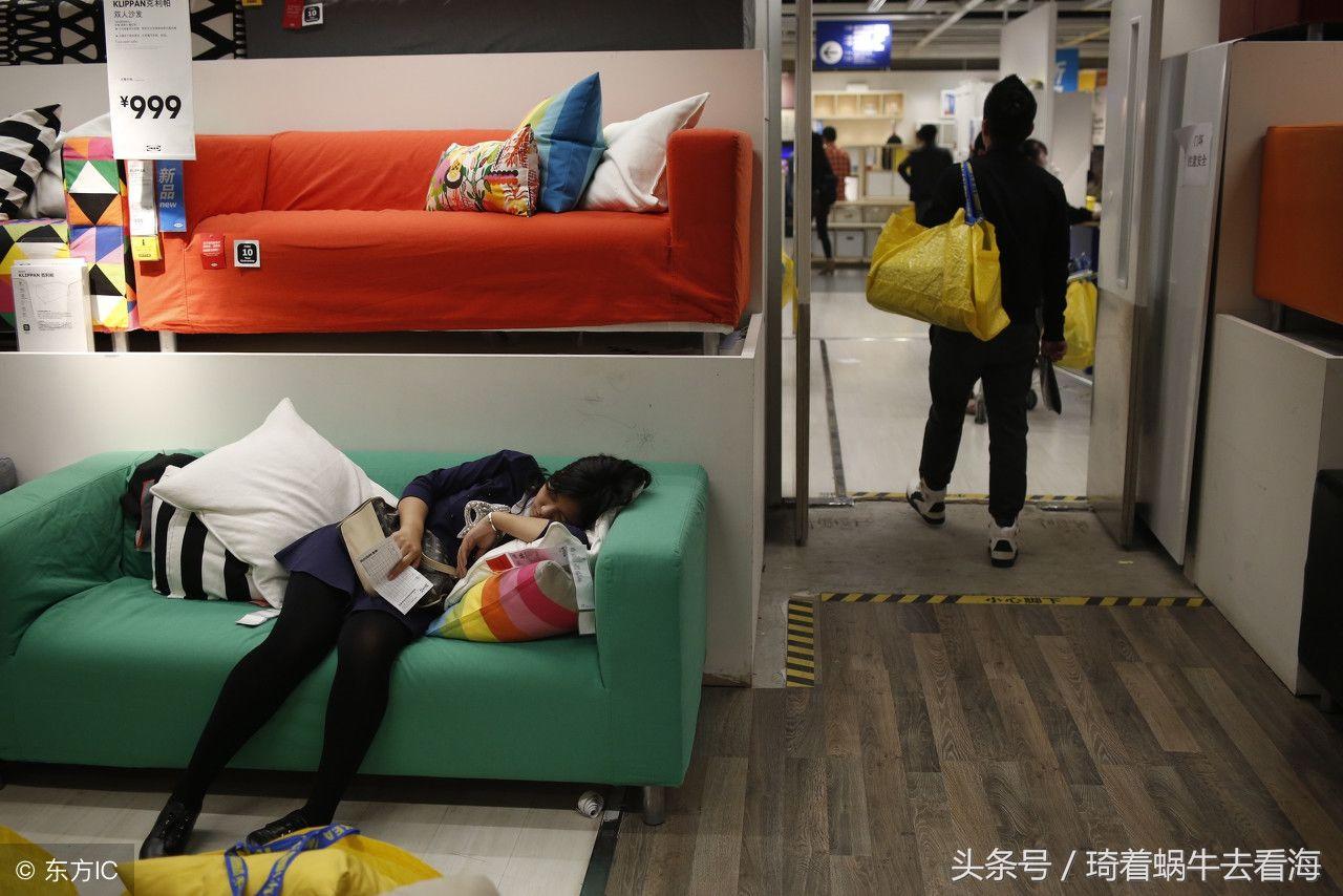 """宜家商场""""蹭凉团""""携家带口,有的穿鞋睡觉,甚至有小孩在方便"""