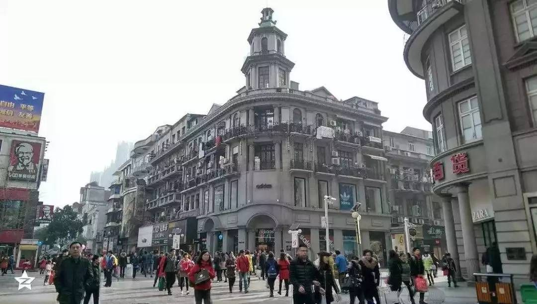 """江汉路步行街是中国最长的步行街,有""""天下第一步行街""""的美誉,位于"""