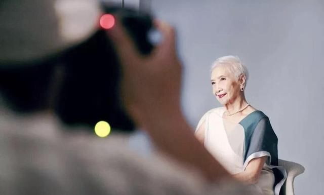<b>93岁出道当模特?如今96岁成为当红头牌,这个银发老太美的不一般</b>