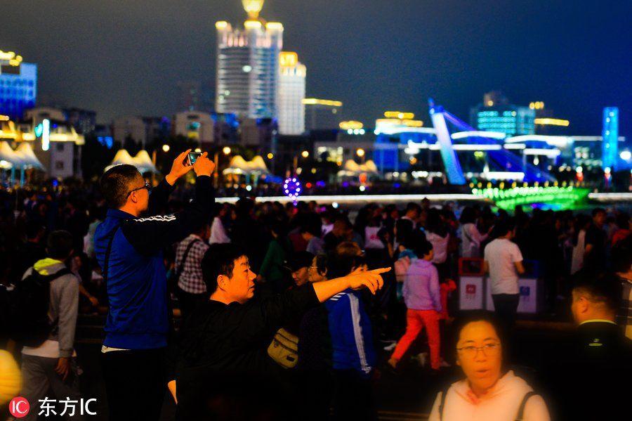 旅游 正文  2018年6月4日,数万游客在青岛市五四广场欣赏立面灯光秀.