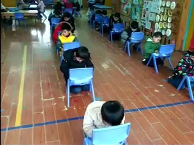 扬州耶鲁幼儿园让孩子跪着写作业?