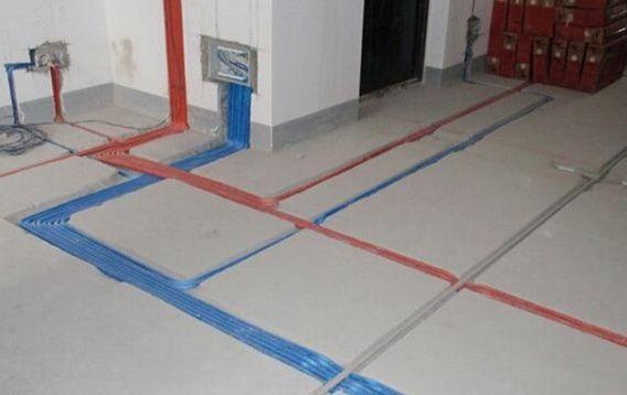 (一)、水路改造部分 1、齐齐哈尔装修公司水电改造,一般水路改走顶不走地,各冷、热水出水水口必须水平,一般左热右凉,管路铺设需横平坚直。布局走向要安全合理。管卡位置及管道坡度等均应符合规范要求。各类阀门安装应位置正确且平正,便于使用和维修。 2、进水应设有室内总阀,齐齐哈尔装修公司在安装前必须检查水管及连接配件是否有破损、砂眼、裂纹等现象。 3、水表安装位置应方便读数。水表、阀门离墙面的距离要适当,要方便使用和维修。 4、厨房内如加装软水机、净水机、小厨宝等应考虑预先留好上、下水的位置及电源位置。 5、冷