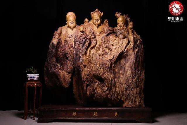 由于根雕材料十分的珍贵,市场需求量又陡然增加,致使许多材料目前开采严重,其中包括很多国家珍惜树种。比如金丝楠木,国内活体 800岁以上的金丝楠木只有几棵,由于材料的难求,金丝楠原材料的价格在近四至五年内几乎翻番,目前用缅甸金丝楠木替代,也同样导致根雕工艺品的价格上涨严重。