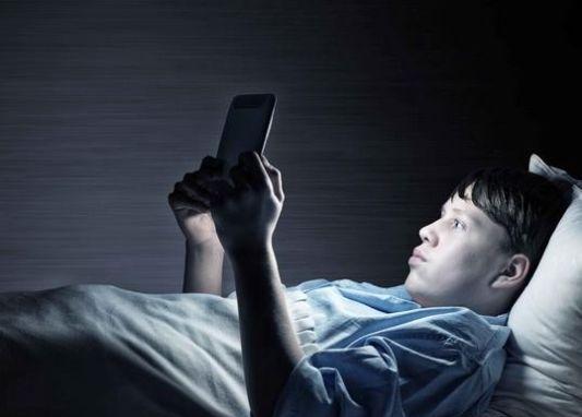 长期熬夜睡眠少,等于在向死亡招手!提醒:做好4点帮你安然入睡