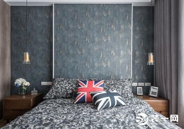 以温暖的墨绿复古花纹壁纸和床单相唿应,完成屋主喜爱的中性英伦色调.