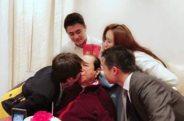 """98岁赌王何鸿燊日常:花费上亿""""续命"""",儿女轮流陪伴身边"""